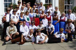 Die Volkstanzgruppe und ihre Freunde von den Hammersmith Morris Men in London 2015