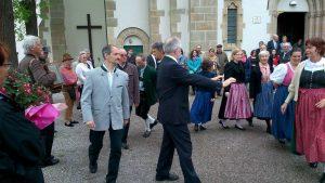 Die Volkstanzgruppe zeigt bei der Ehrung für Rudolf Lhotka in Kierling ihr buntes Trachtenbild