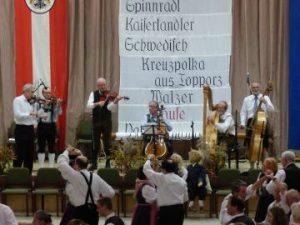 Die Klosterneuburger Geigenmusik spielt beim Leopolditanz auf.