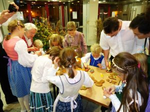 Die Kinder verzieren (und verspeisen anschließend begeistert) nach ihrer Vorführung Lebkuchen.