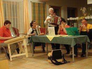 Eine ad hoc zusammengestellte Musikgruppe spielt zur Abendgestaltung in Mold auf.