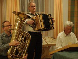 Die Referenten Fredi Gieger, Gerhard Fuchs und Franz Fuchs spielen zur Abendgestaltung in Mold.