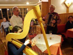 Gerhard Fuchs, Franz Fuchs und Agnes Forsthuber spielen beim Stammtisch auf.
