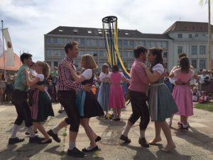 Saalbacher Vortänze zum Bandltanz, Walzer, der Bandlbaum steht in der Mitte
