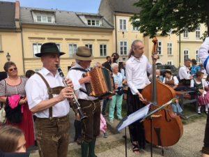Die Familienmusik Fuchs spielt zum Bandltanz und zu den folgenden Kinder- und Volkstänzen