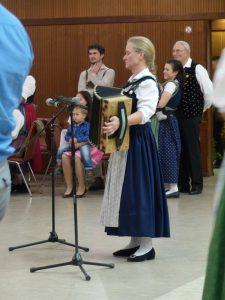 Ilse Kubr spielt zum Kindertanz auf.