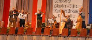Die Klosterneuburger Geigenmusik spielt im ersten Viertel zum Tanz auf.
